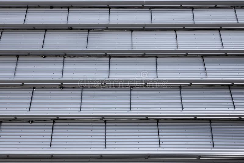 Vue du bas du plafond à caissons gris clair de style industriel photographie stock libre de droits