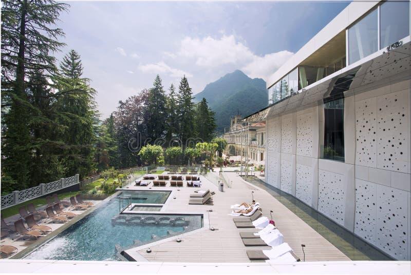 Vue du beau resport de station thermale dans les montagnes photographie stock libre de droits