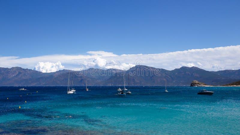 Vue du beau seacape de nature de l'île de Corse, France, fond de ciel de nuages Vue horizontale photos stock