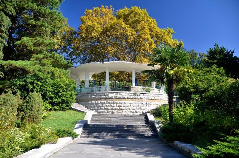 Vue du belvédère dans la ville d'arborétum de parc de Sotchi photo libre de droits