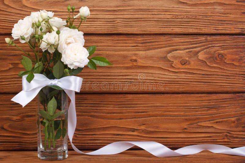 Vue du bouquet des roses blanches et d'un ruban photos stock