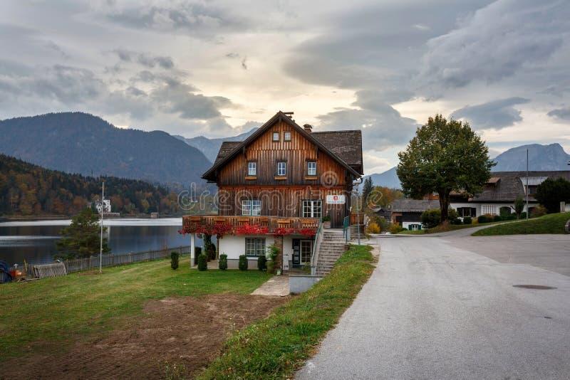 Vue du bureau municipal sur le rivage du lac Grundlsee contre les Alpes Grundlsee, Styrie, Autriche photos libres de droits
