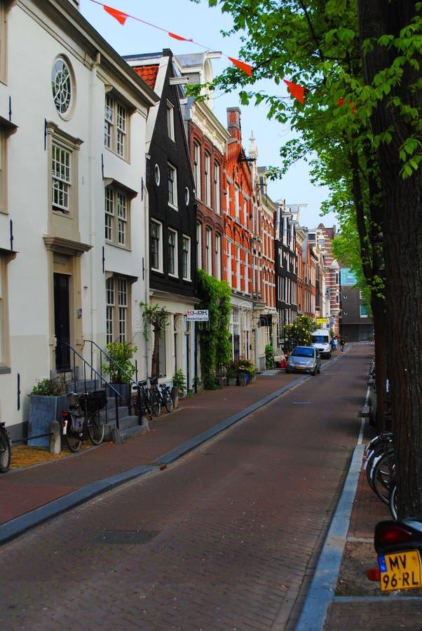 Vue du canal aux maisons à Amsterdam image stock