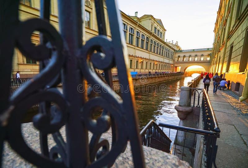 Vue du canal d'hiver reliant la rivière de Moika au Neva St Petersburg photo stock