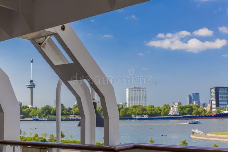 vue du canal et de la tour d'Euromast depuis un bateau de croisière à Rotterdam photos stock