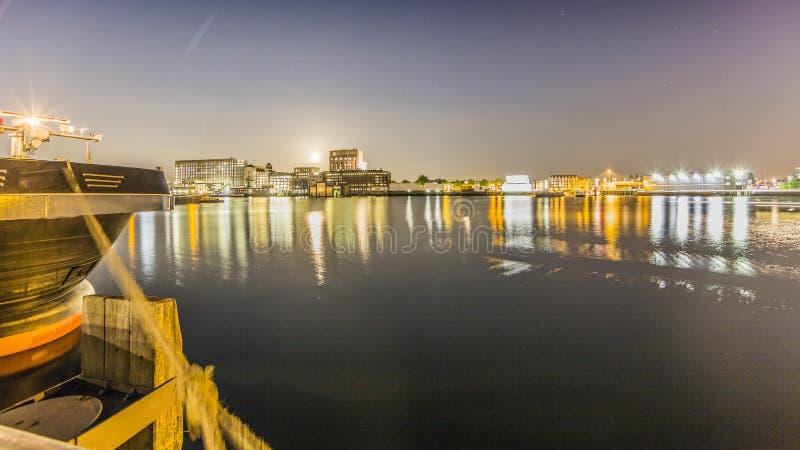 Vue du canal et une partie de la ville de Rotterdam la nuit image libre de droits