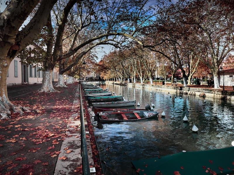 Vue du canal du Vassè près des belles intrigues amoureuses de DES de Pont à Annecy, France image stock