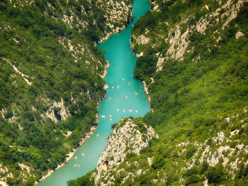 Vue du canyon de Verdon par lequel les écoulements de rivière de Verdon photographie stock libre de droits