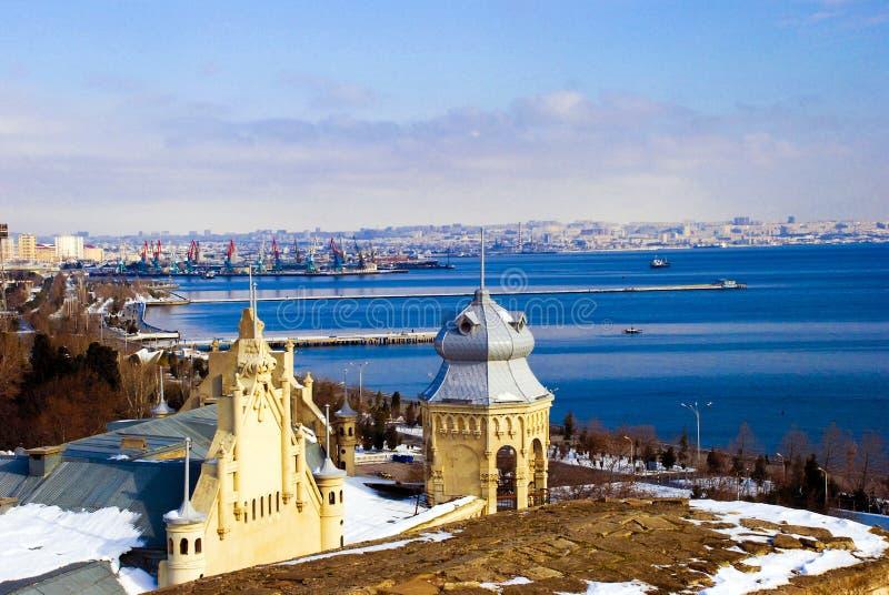 Vue du centre de la ville de Bakou - l'Azerbaïdjan pendant l'hiver Église Vue de la Mer Caspienne image stock