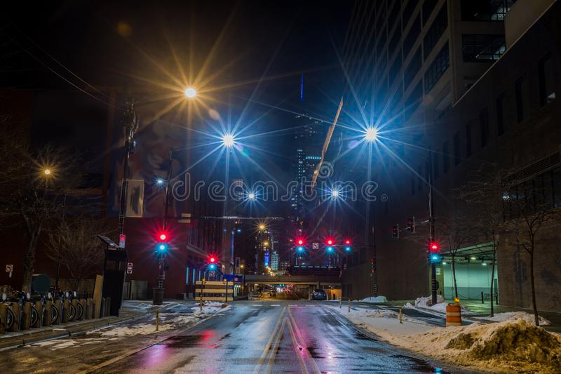 Vue du centre de rue de ville de Chicago la nuit photos stock