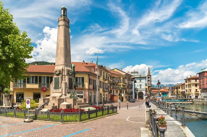 Vue du centre historique du village d'Omegna, situé sur la côte du lac Orta dans Piémont photo libre de droits