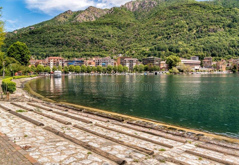 Vue du centre historique du village d'Omegna, situé sur la côte du lac Orta dans Piémont photographie stock libre de droits