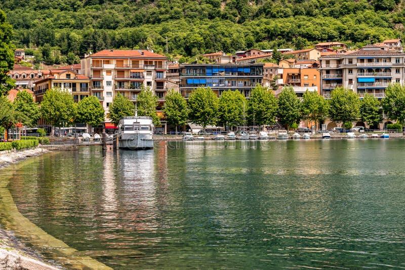 Vue du centre historique du village d'Omegna, situé sur la côte du lac Orta dans Piémont image libre de droits