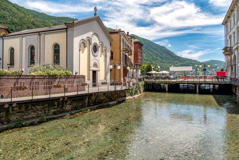 Vue du centre historique du village d'Omegna, situé sur la côte du lac Orta dans Piémont photo stock