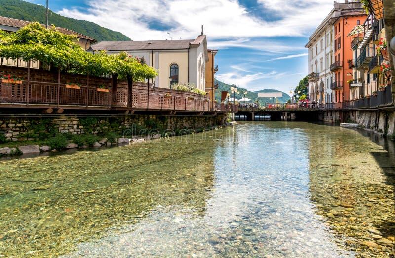 Vue du centre historique du village d'Omegna, situé sur la côte du lac Orta dans Piémont photos libres de droits