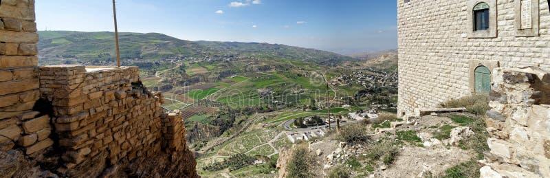 Vue du château de croisé à un petit village jordanien, une banlieue de la grande ville Karak images libres de droits