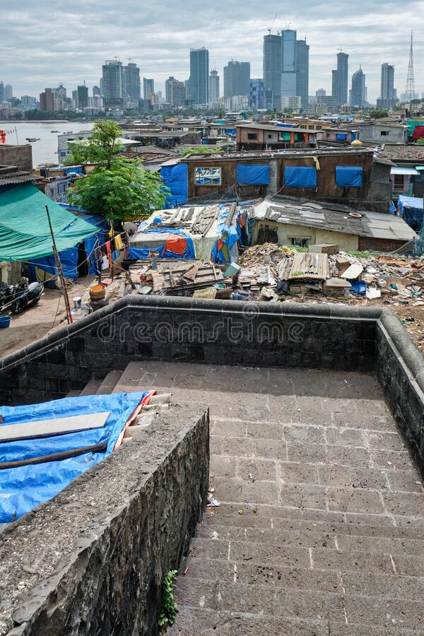Vue du ciel de Mumbai sur les bidonvilles de Bandra image stock