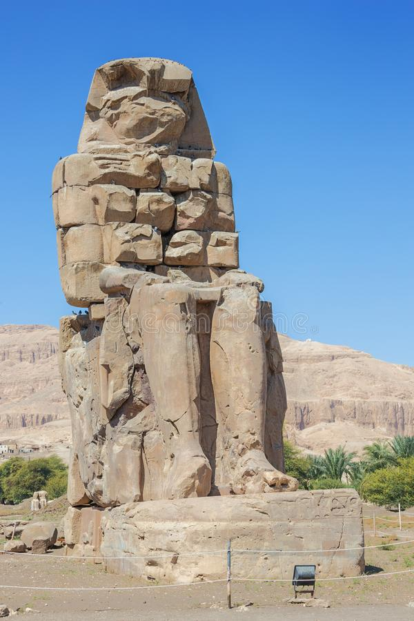 Vue du colosse est de Memnon photographie stock