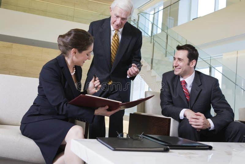 Vue du contact d'équipe d'affaires dans l'entrée de bureau. photos stock