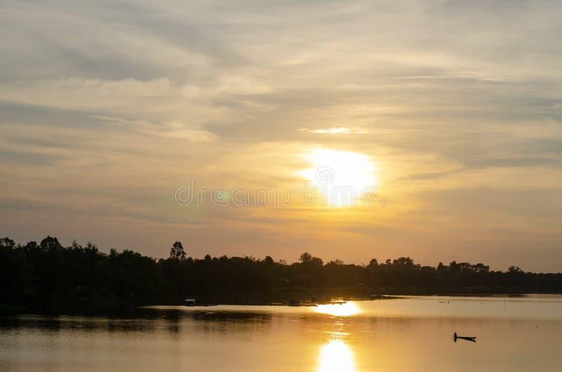 Vue du coucher du soleil sur la rivière photo libre de droits
