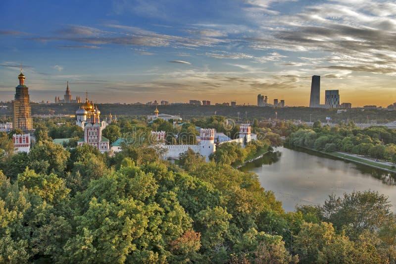 Vue du couvent de Novodevichy et de l'étang, point de repère, Moscou photo stock