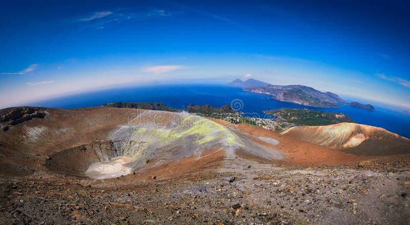 Vue du cratère et des îles volcaniques de Lipari et de saline du haut du volcan de l'île de Vulcano dans les îles éoliennes photographie stock libre de droits