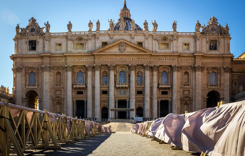 Vue du dôme de St Peter à Vatican Beaux vieux hublots ? Rome (Italie) photographie stock libre de droits