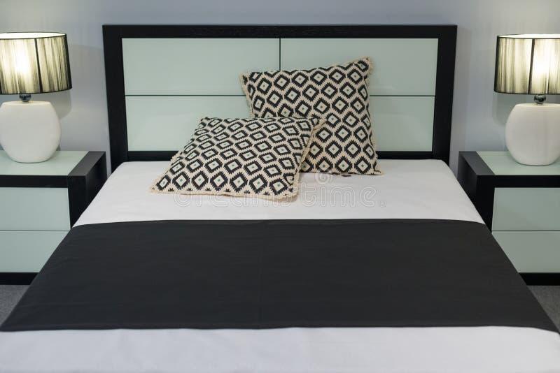 Vue du double lit dans la chambre à coucher photo libre de droits