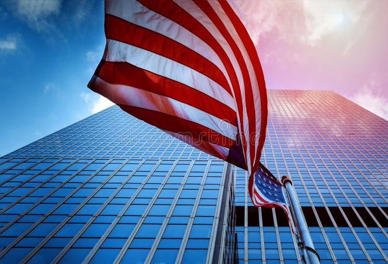 Vue du drapeau du vol des Etats-Unis d'Amérique dans une tour en verre ayant beaucoup d'étages image stock