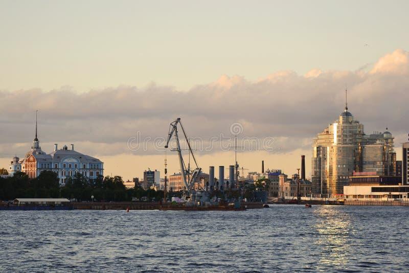 Vue du fleuve de Neva. Soirée photos stock