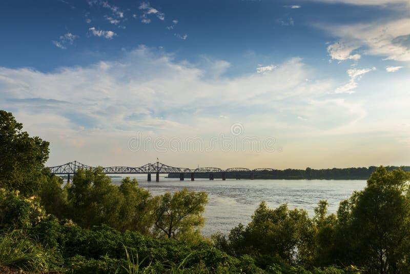 Vue du fleuve Mississippi avec le pont de Vicksburg sur le fond au coucher du soleil image stock