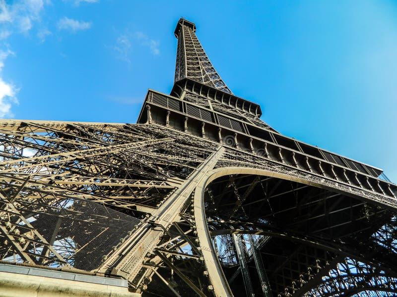 Vue du fond de la tour d'Eifell à Paris avec le ciel bleu clair photo libre de droits