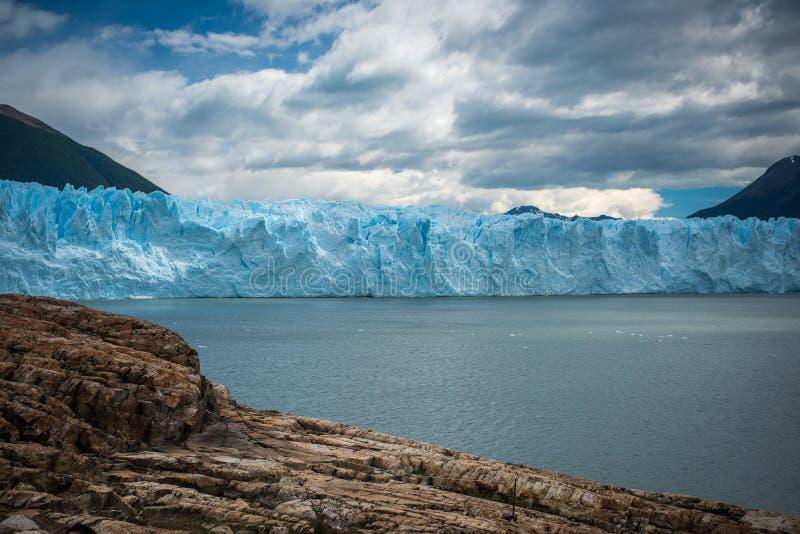 Vue du glacier bleu du rivage Shevelev photo libre de droits