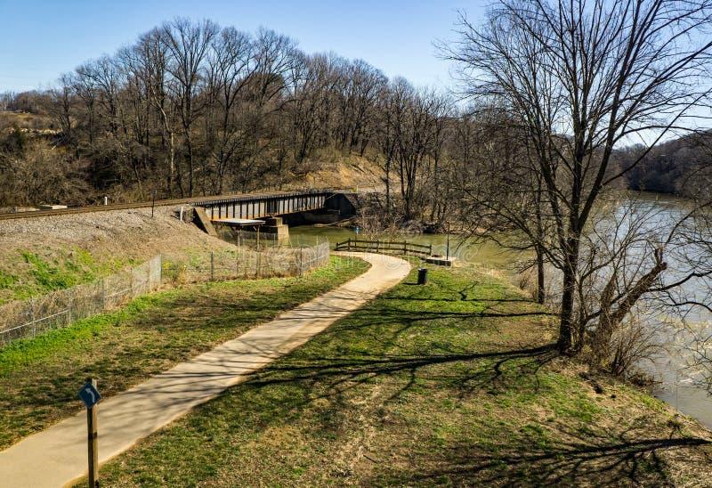 Vue du Greenway de rivière de Roanoke, rivière de Roanoke et chevalet de chemin de fer photos libres de droits