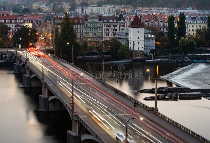 Vue du haut de la maison de danse vers le bas au pont au-dessus du Vltava à Prague la nuit image libre de droits