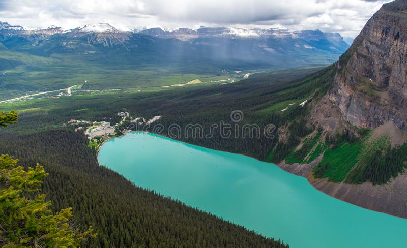 Vue du haut de la montagne de l'hôtel avec la couleur de turquoise chez Lake Louise image stock