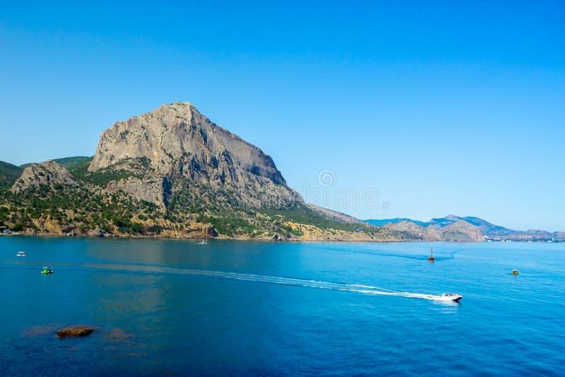 Vue du haut du littoral et de l'horizon, ciel bleu image stock