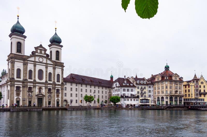 Vue du jésuite Chruch en luzerne Suisse de l'autre côté du Reuss photos stock