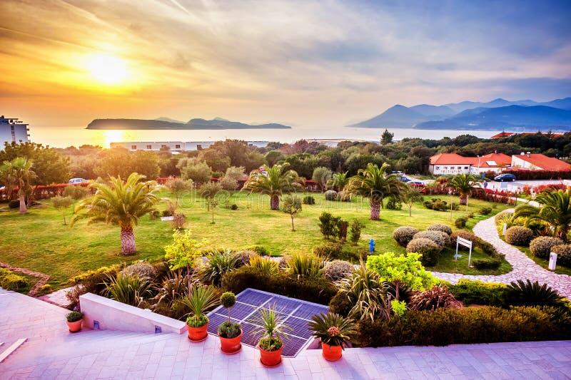 Vue du jardin aménagé en parc dans Dubrovnik et le coucher du soleil photo libre de droits