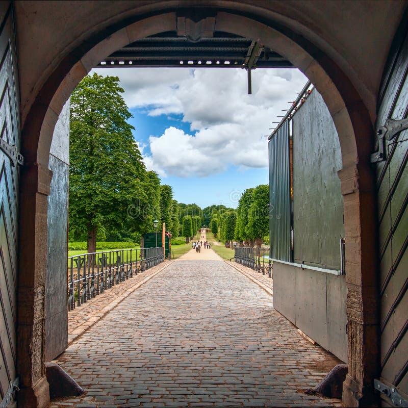 Vue du jardin formel de style baroque par la porte ouverte Château de Frederiksborg, Danemark denmark photographie stock