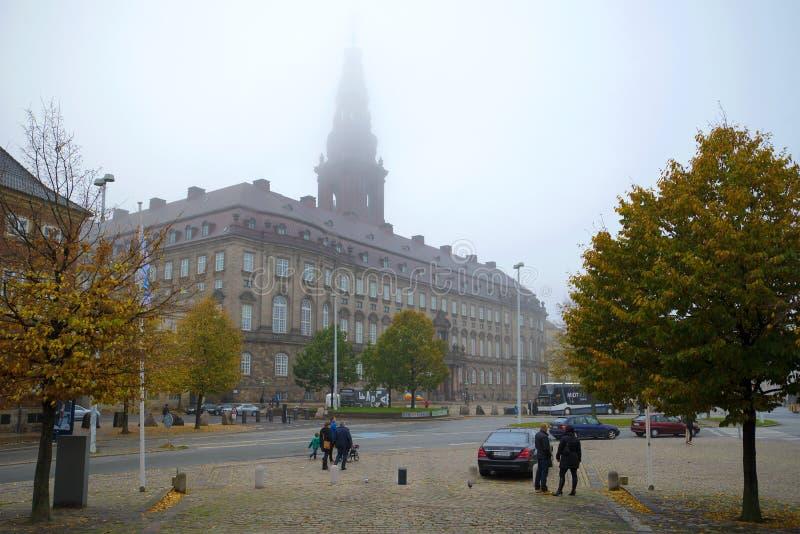 Vue du jour brumeux de novembre de château de Christiansborg copenhague image libre de droits