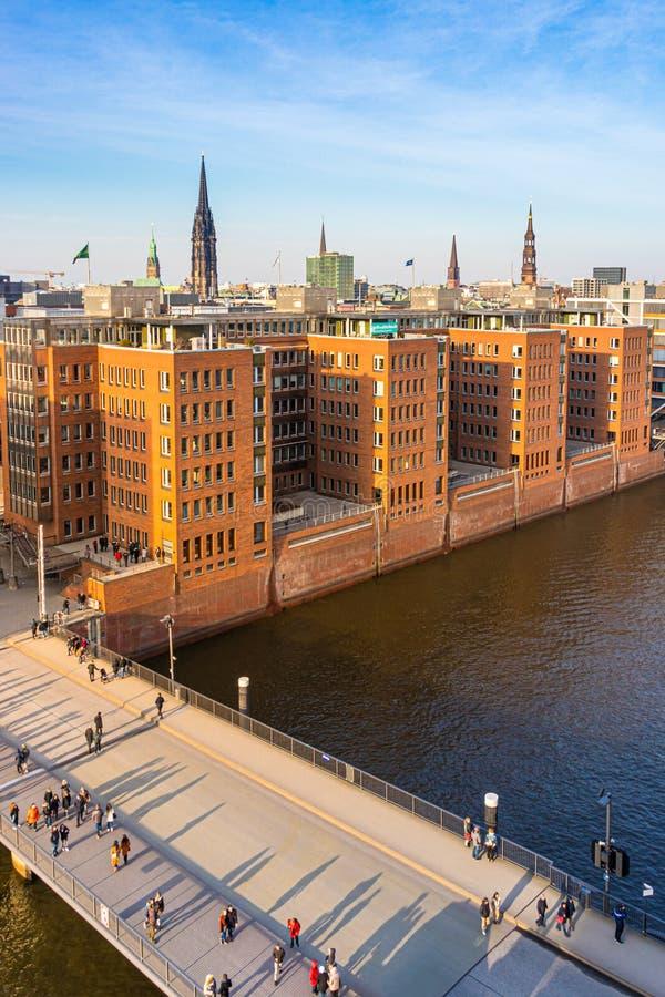 Vue du Kaiserkai et du Speicherstadt, pont de Mahatma Gandhi avec des piétons, Hambourg image stock