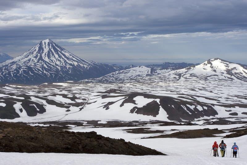 Vue du Kamtchatka sur le volcan de Viluchinskiy image stock