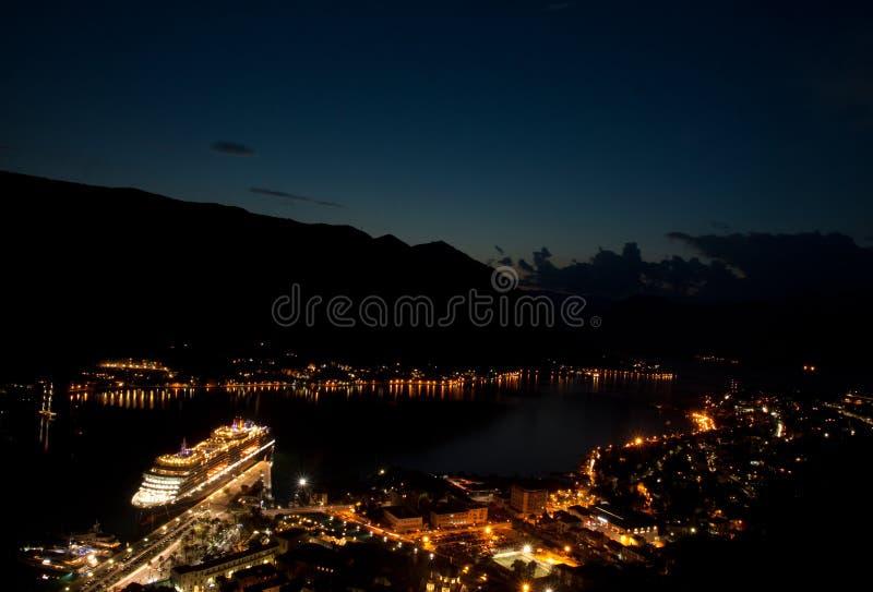 vue du Kotor la nuit image stock