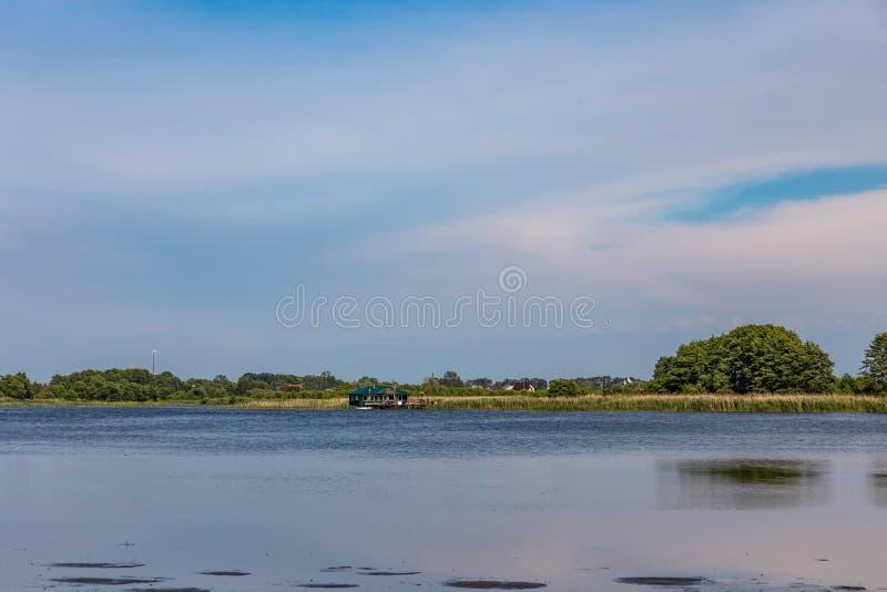 Vue du lac Chaika de la plate-forme d'observation sur la broche de Curonian, Russie photo stock