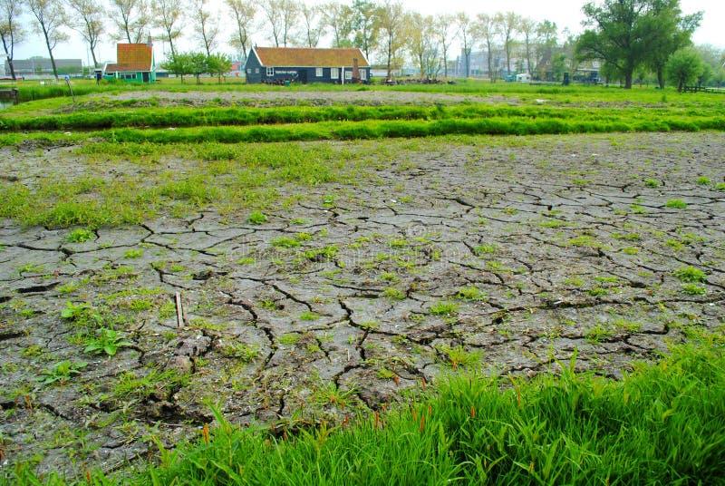 Vue du lac dans un petit village néerlandais images libres de droits