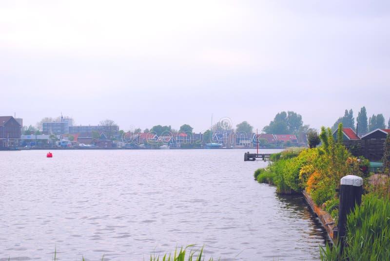 Vue du lac dans un petit village néerlandais photos libres de droits