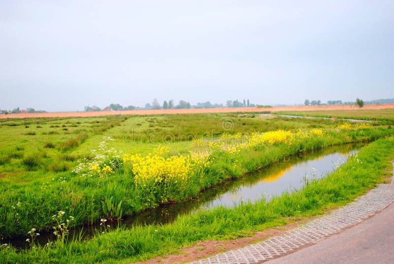 Vue du lac dans un petit village néerlandais images stock