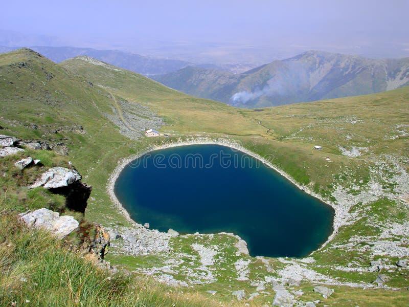 Vue du lac glaciaire en stationnement national Pelister en Macédoine photo stock