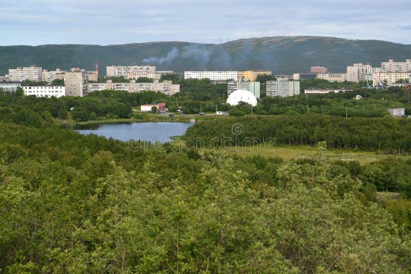 Vue du lac Semenovsky et du secteur résidentiel habité de la ville de Mourmansk photos stock